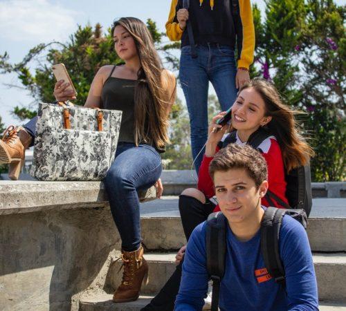 estudiantes en escalera